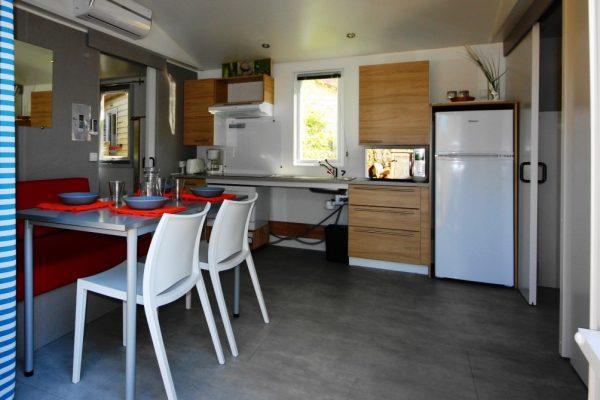 Clair De Lune : Mobil Home Espace Sérénité Bois Spa Jacuzzi Giens Cuisine